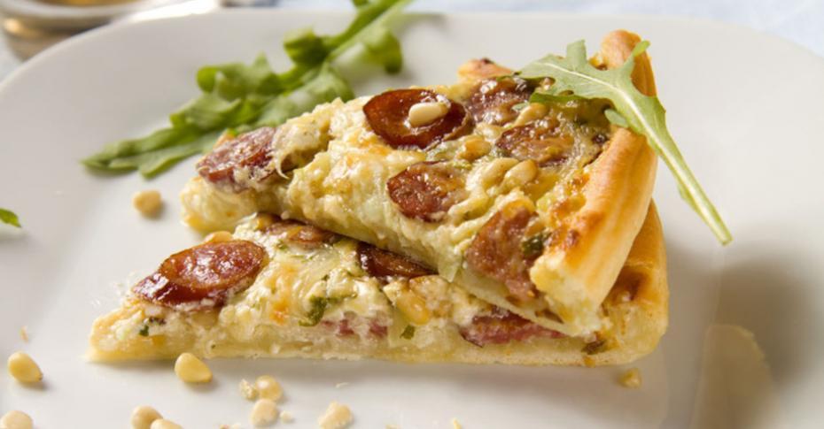 Пицца с колбасой: 10 лучших рецептов. Пицца с колбасой и сыром, грибами, помидорами.